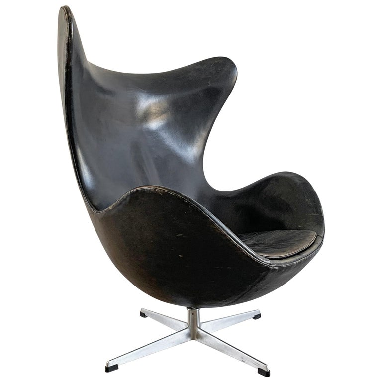 Arne Jacobsen for Fritz Hansen Patinated Black Leather Egg Chair,  Signed 1963 For Sale