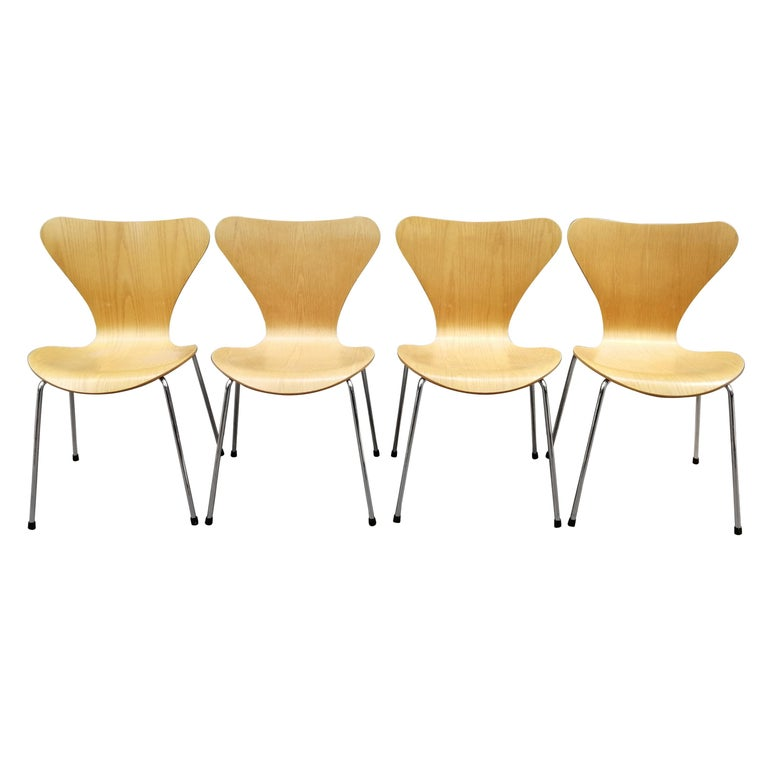 Arne Jacobsen Set of 4 Model 3107 Chairs For Sale