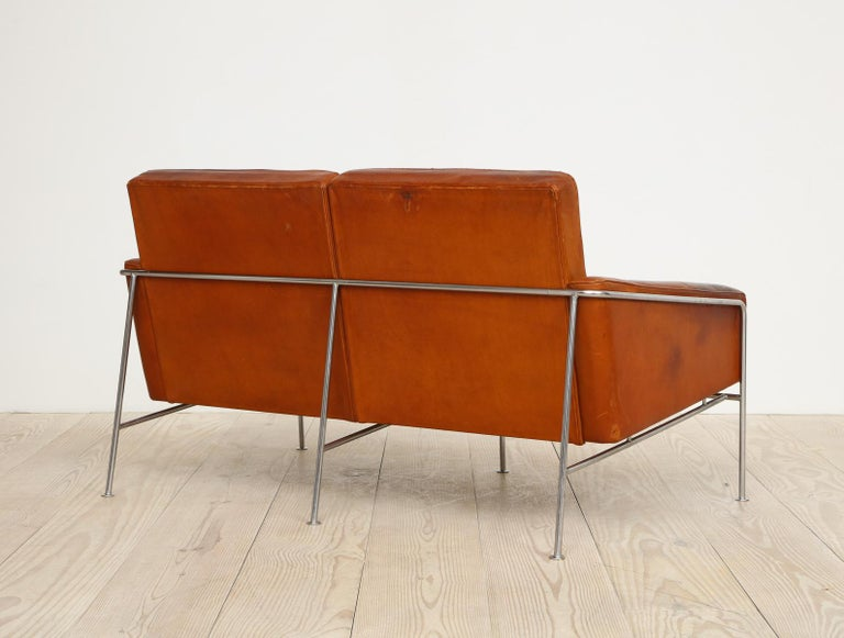Arne Jacobsen, Sofa #3302 with Original Leather, 1956, Denmark For Sale 8