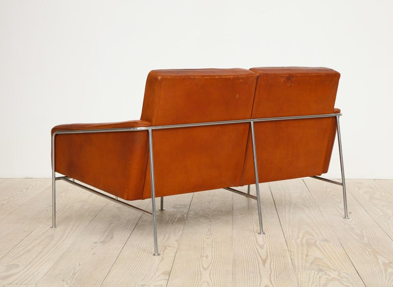 Arne Jacobsen, Sofa #3302 with Original Leather, 1956, Denmark For Sale 9