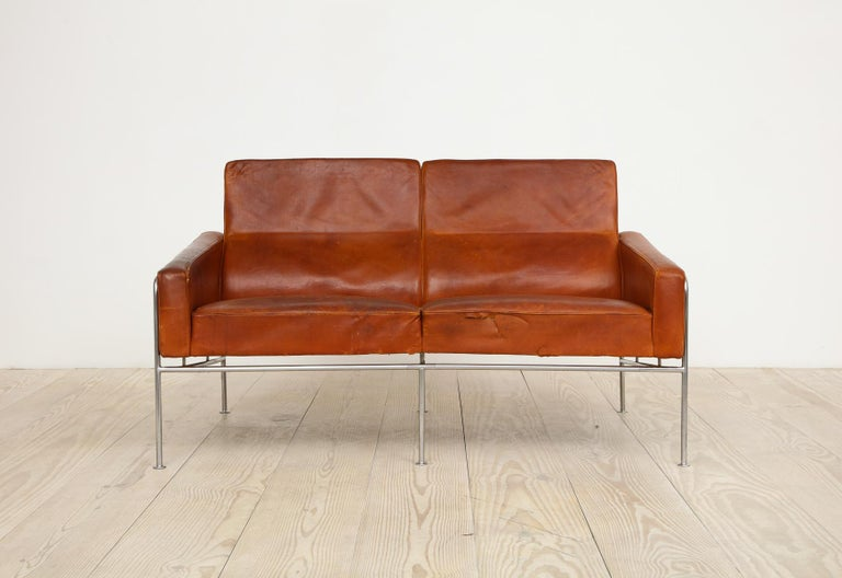 20th Century Arne Jacobsen, Sofa #3302 with Original Leather, 1956, Denmark For Sale