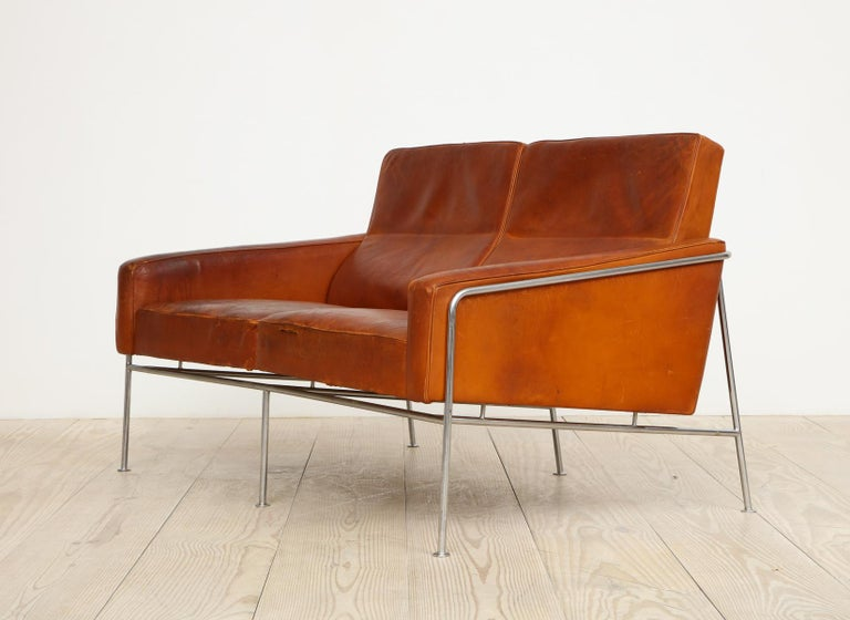 Arne Jacobsen, Sofa #3302 with Original Leather, 1956, Denmark For Sale 1