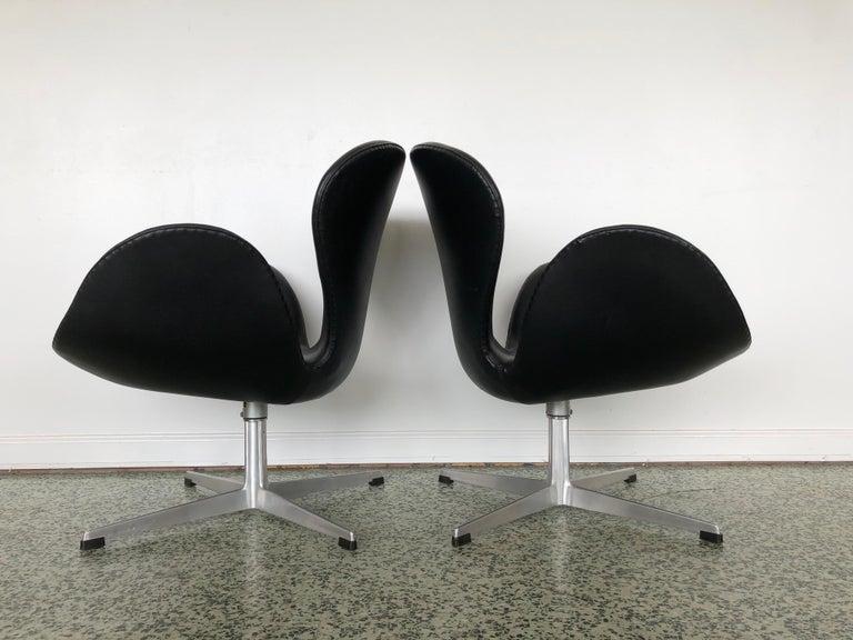 Mid-Century Modern Arne Jacobsen Swan Chair for Fritz Hansen