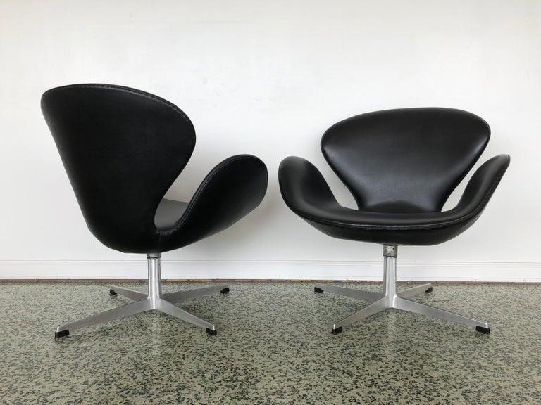 Arne Jacobsen Swan Chair for Fritz Hansen In Good Condition In St. Louis, MO