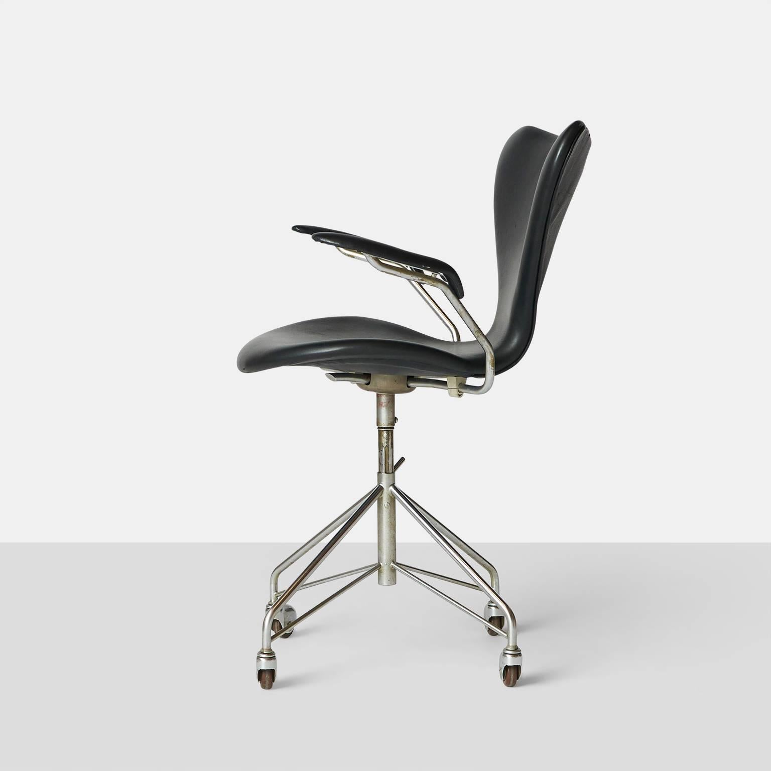 Arne Jacobsen Swivel Desk Chair Model 3217 For Sale at 1stdibs