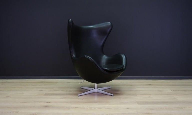 Remarkable armchair designed by leading Danish designer Arne Jacobsen for SAS Hotel in Copenhagen. Model 3316