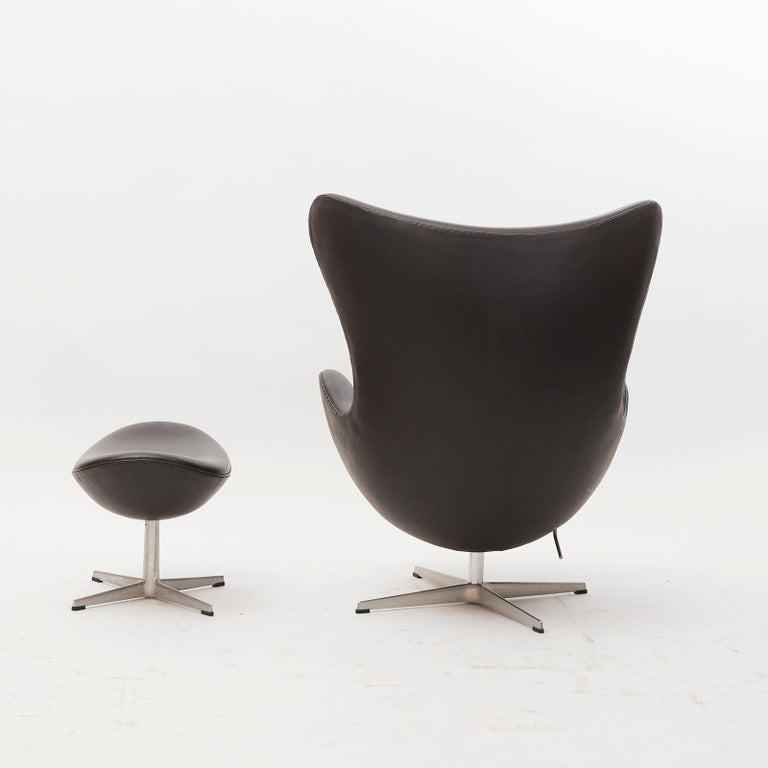 Danish design, 1950s. Fitted with dark brown leather.  Arne Jacobsen designed the egg in 1958, as part of a commission for the SAS Royal Copenhagen Denmark. The world's first designer hotel. The original leather is in great condition. Appears new.