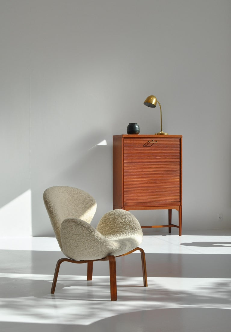 Rare lounge chair by Arne Jacobsen designed in 1960 and produced in limited numbers in the 1960s by Fritz Hansen, Copenhagen (Model FH-4325). This rare edition has a wooden base in laminated teak that was only made in very small numbers and went out