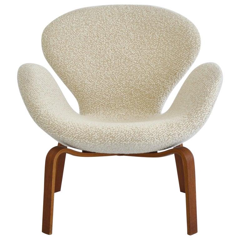 """Arne Jacobsen """"The Swan"""" Lounge Chair in Teak & White Bouclé, Fritz Hansen, 1960 For Sale"""