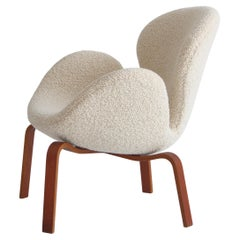"Arne Jacobsen ""The Swan"" Lounge Chair in Teak & White Bouclé, Fritz Hansen, 1960"