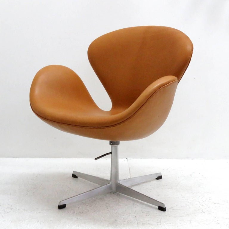 Scandinavian Modern Arne Jacobsen, Swan Chair, Model 3320 For Sale