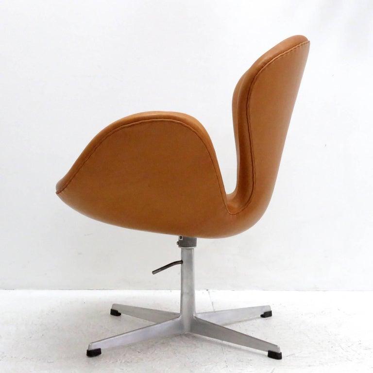 Danish Arne Jacobsen, Swan Chair, Model 3320 For Sale
