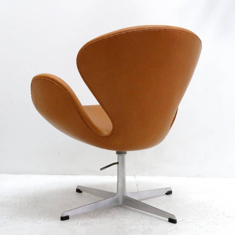 Arne Jacobsen, Swan Chair, Model 3320 In Excellent Condition For Sale In Los Angeles, CA