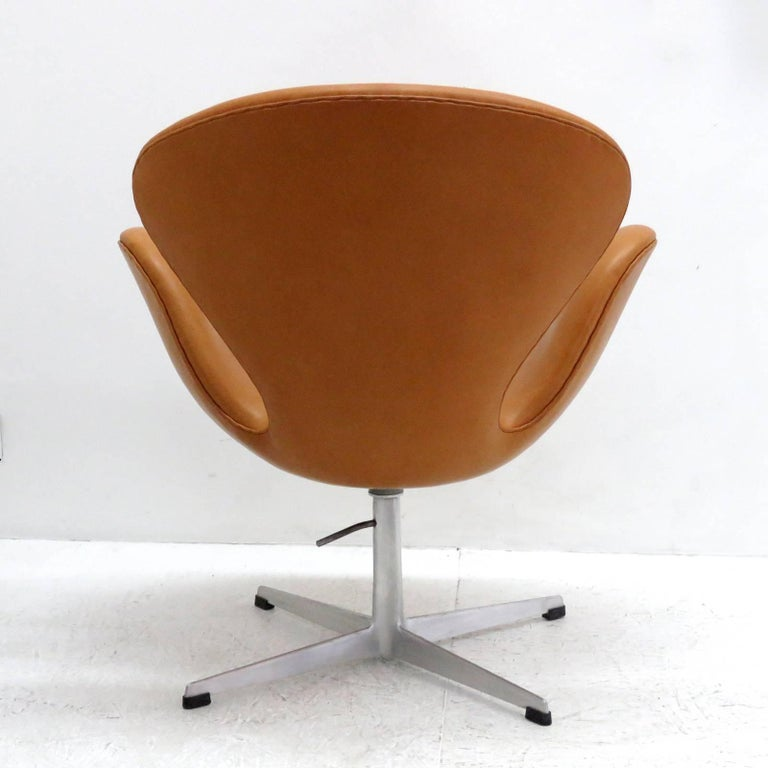 Mid-20th Century Arne Jacobsen, Swan Chair, Model 3320 For Sale