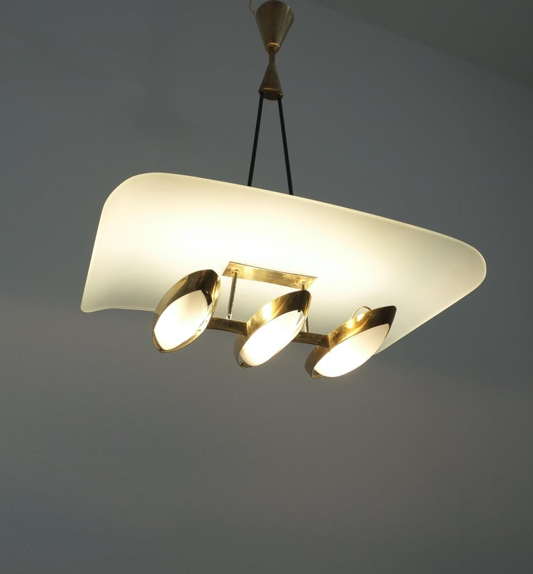 Chandelier from Frosted Glass and Brass Attributed to Stilnovo Italy, circa 1954 In Good Condition For Sale In Vienna, AT