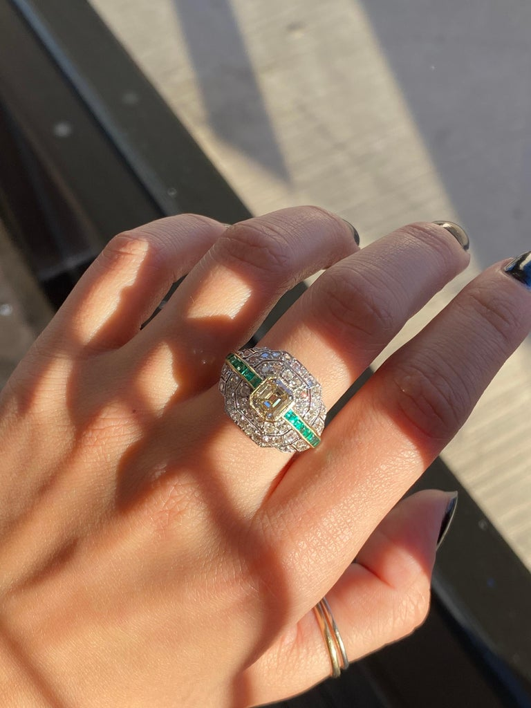 Art Deco 1.24 Carat Emerald Cut Diamond and Emerald Platinum Ring For Sale 1