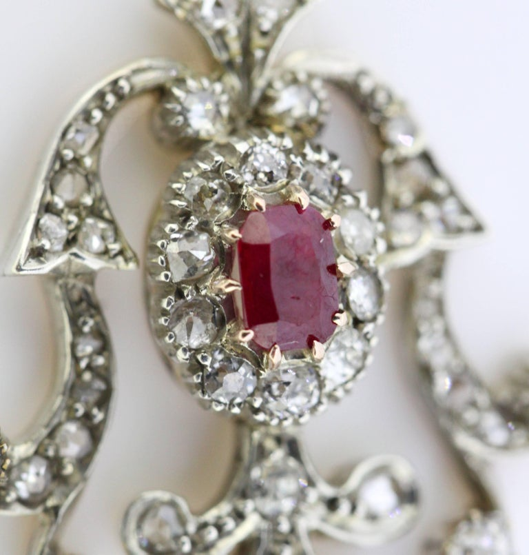 Art Deco 18 Karat White Gold Pendant with Ruby and Diamonds, circa 1920s For Sale 1