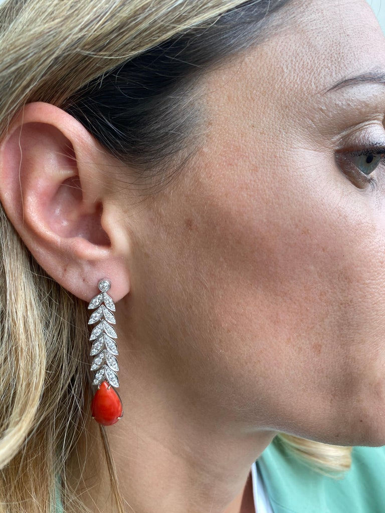 Art Deco 2 Carat Diamond Aka Coral Gold Drop Earrings, 1930s In Excellent Condition For Sale In Napoli, Italy