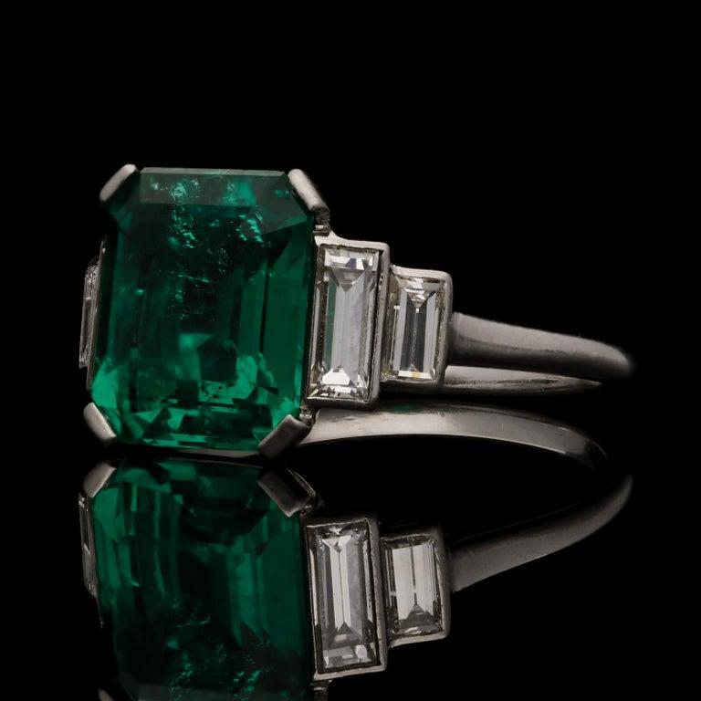 Women's or Men's Art Deco 3.20 Carat Colombian Emerald-Cut Emerald and Baguette Diamond Ring For Sale