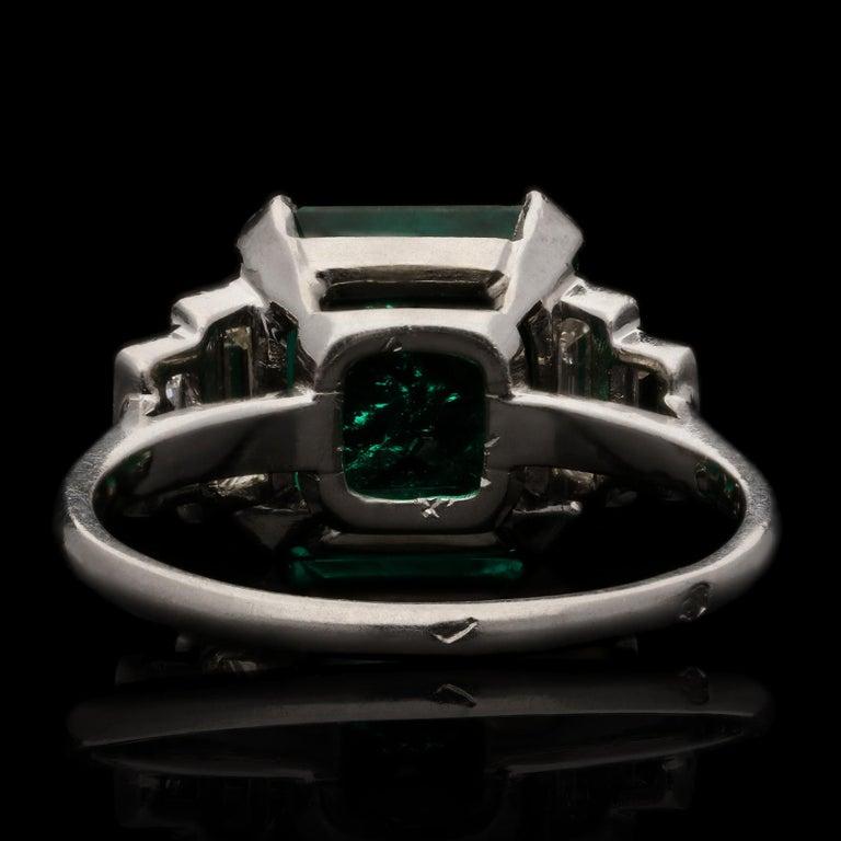 Art Deco 3.20 Carat Colombian Emerald-Cut Emerald and Baguette Diamond Ring For Sale 2