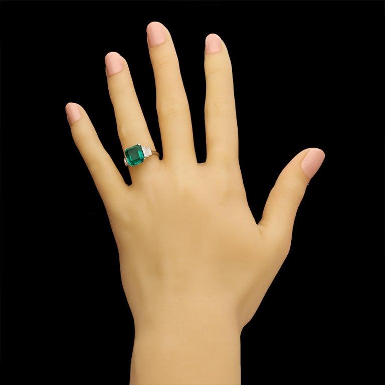 Art Deco 3.20 Carat Colombian Emerald-Cut Emerald and Baguette Diamond Ring For Sale 3