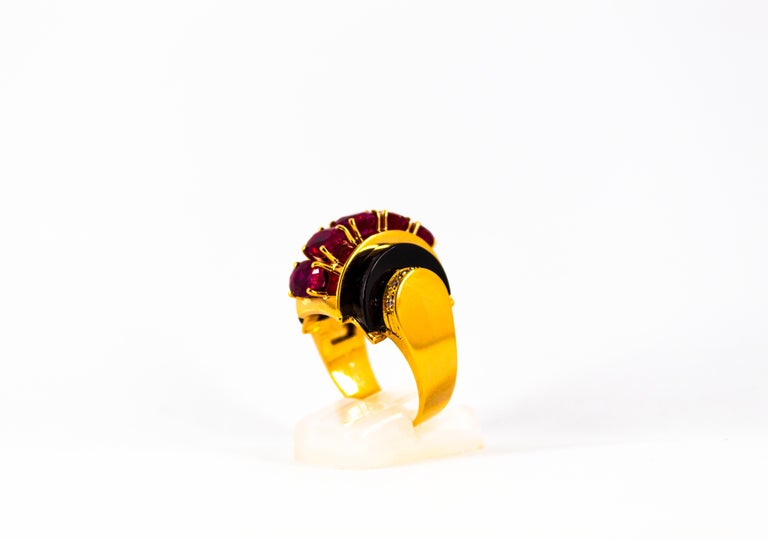 Art Deco Style 5.10 Carat Ruby 0.15 Carat Diamond Onyx Yellow Gold Cocktail Ring In New Condition For Sale In Naples, IT