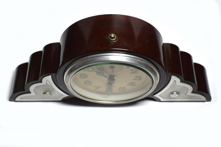 Very attractive 1930s Art Deco brown colored bakelite clock. Originating from France this wonderful clock is the epitome of Art Deco with its fabulous cloud shaped case. The clock works well and keeps good time having been recently serviced.