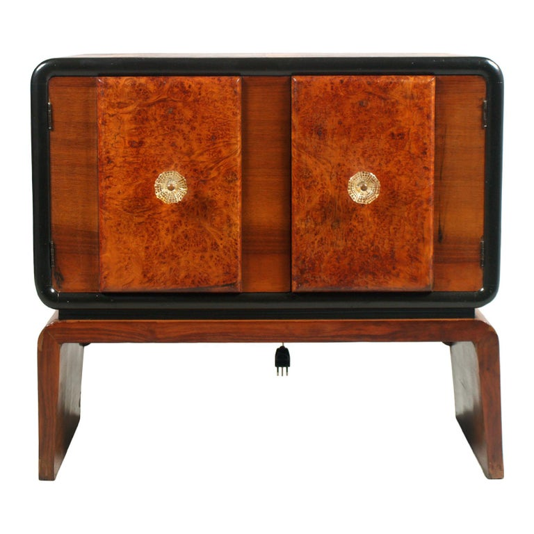 Art Deco bar cabinet in burl walnut, Guglielmo Urlich attributed for Meroni & Fossati ,Lissone-Milan. All original cabinet restored, with functioning internal lighting. The internal mirror, has parts of small mirrors oxidized, that we thought not to