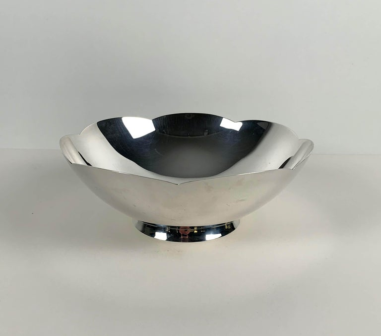 Beautiful Art Deco bowl by Tiffany & Co., New York, Circa 1920-40s. Great, thick quality.  Stamped 925 Sterling Silver. Hallmark includes pattern no. 23843. Dimensions: H 8 cm, Ø 22.5 cm.