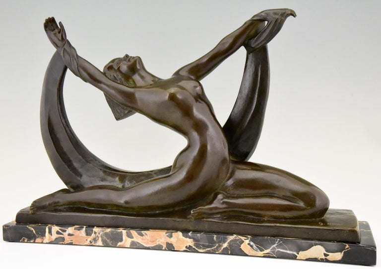 Impressive Art Deco bronze sculpture of a nude lady, scarf dancer in split pose signed by the French artist G. Ninin, circa 1925. The bronze has a beautiful patian and stands on a Portor marble base.