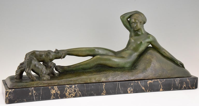 Impressive Art Deco bronze sculpture of a reclining nude playing with two goats. Signed by the French artist Georges Gori, with foundry mark La Pointe, lost wax technique, cire perdue. The bronze has a lovely green patina and stands on a Portor