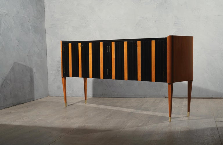 Beautiful well-designed furniture, in the style of Paolo Buffa, Ico Parisi, Franco Albini. Italian style of the mid-1900s. Note the beautiful workmanship of the rounded corners of the sides and the very fine and very slender legs with the small