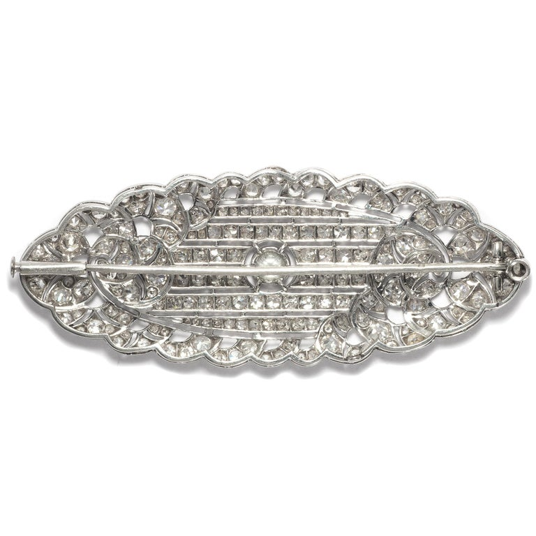 Art Déco circa 1930, Certified 7.3 Carat Diamond and Platinum Filigree Brooch In Excellent Condition For Sale In Berlin, Berlin
