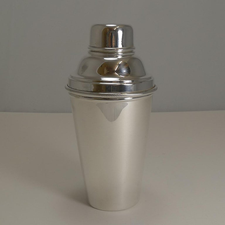 Art Deco Cocktail Shaker with Lemon Squeezer, Goldsmith's & Silversmiths In Good Condition For Sale In London, GB