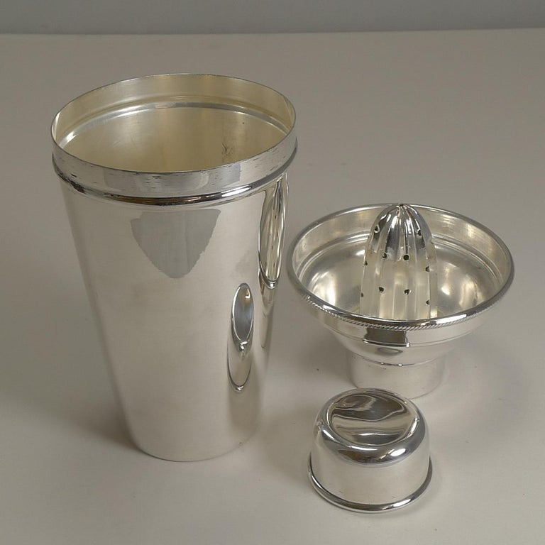 Art Deco Cocktail Shaker with Lemon Squeezer, Goldsmith's & Silversmiths For Sale 1