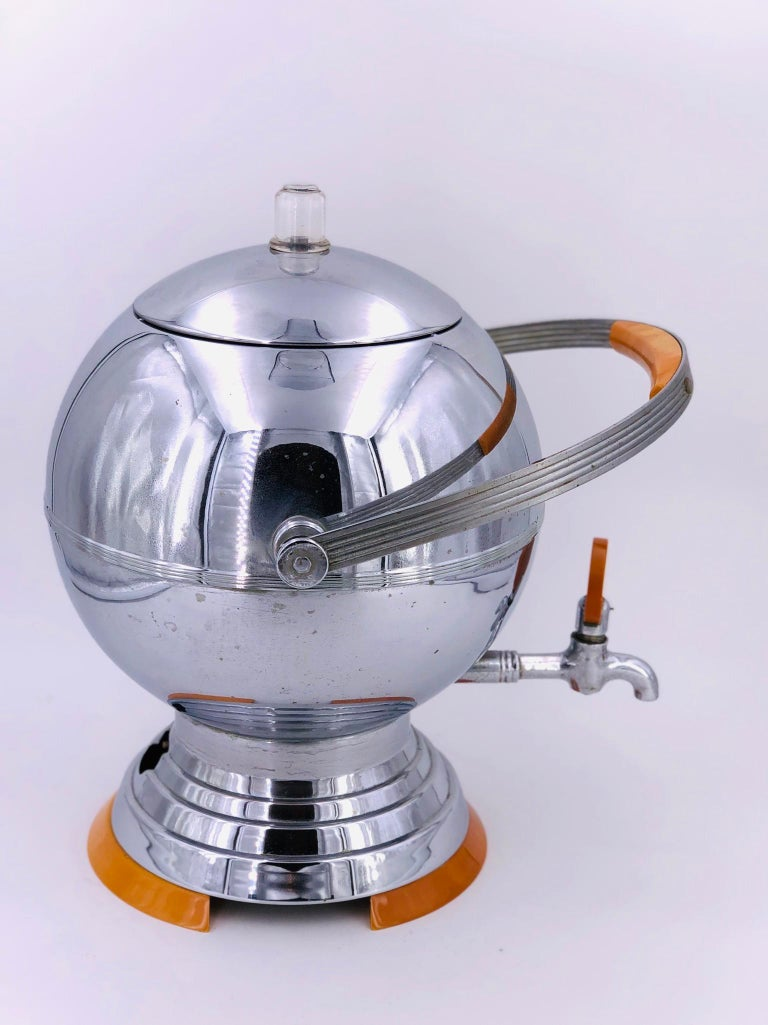 An interesting 1930s American Art Deco aluminum and orange bakelite coffee percolator by Manning Bowman. The spherical percolator has bakelite handle, turn knob and base. Filters and cable included. In working condition.