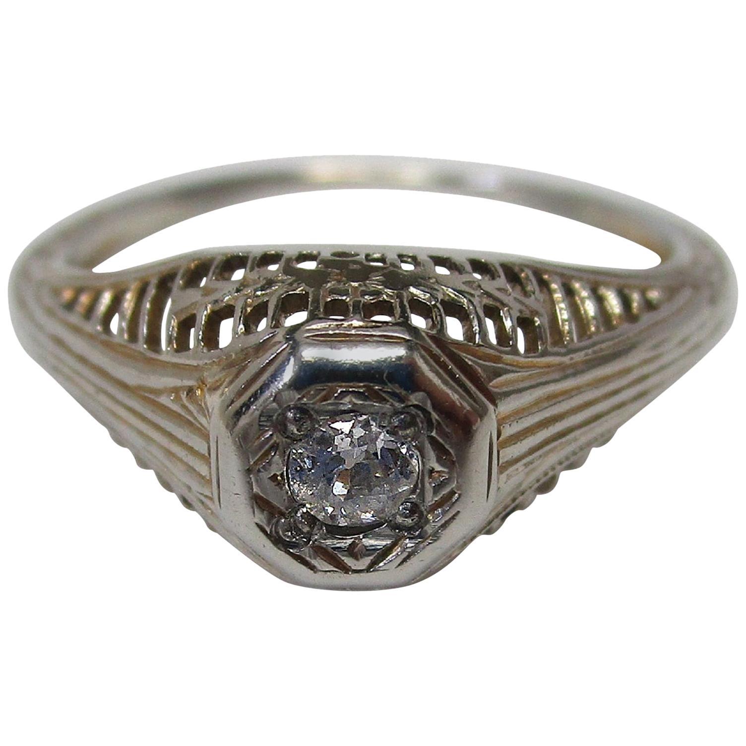 Art Deco Diamond 18 Karat White Gold Filigree Ring, circa 1920