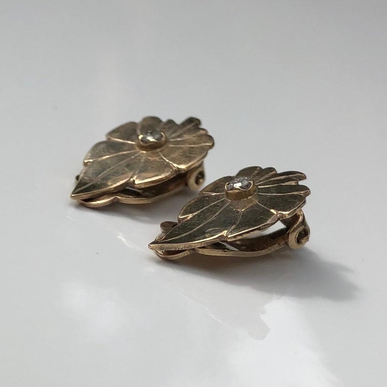 These gorgeous leaf earrings are modelled in 9ct gold and have a diamonds measuring 5pts on each one. The earrings are clip on and the face of them are gorgeously glossy!  Leaf Dimensions: 17x11mm   Weight: 2.9g