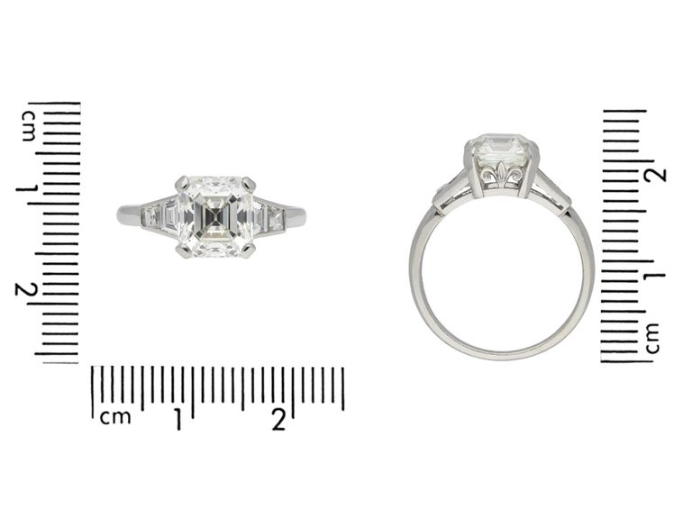 Art Deco Diamond Flanked Solitaire Ring, circa 1925 In Good Condition For Sale In London, GB