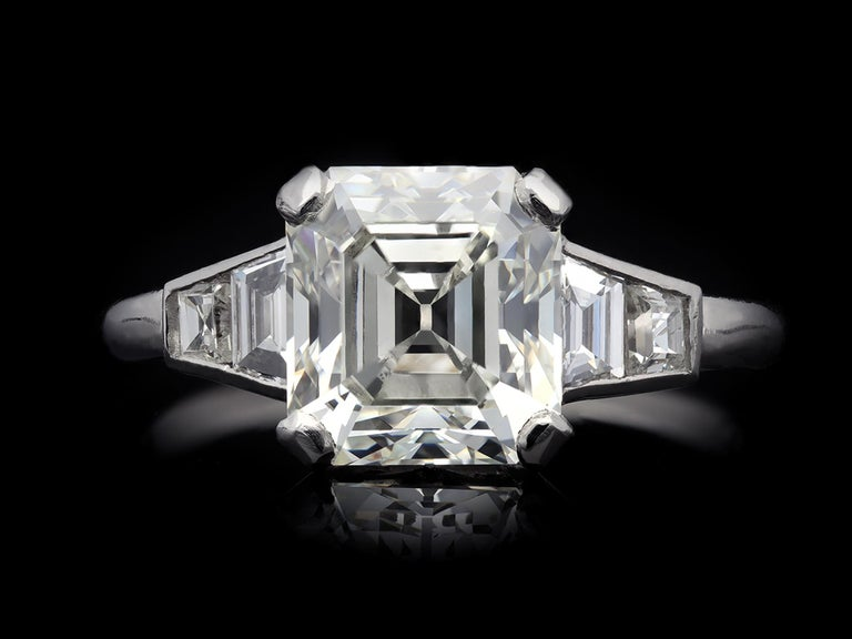 Art Deco Diamond Flanked Solitaire Ring, circa 1925 For Sale 1