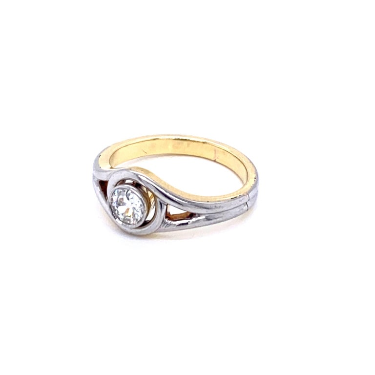 Art Deco Diamond Solitaire Platinum Gold Bicolor Ring In Excellent Condition For Sale In Napoli, Italy