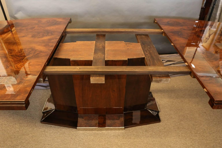 French Art Deco Dining Room Table in Burl Walnut For Sale 1
