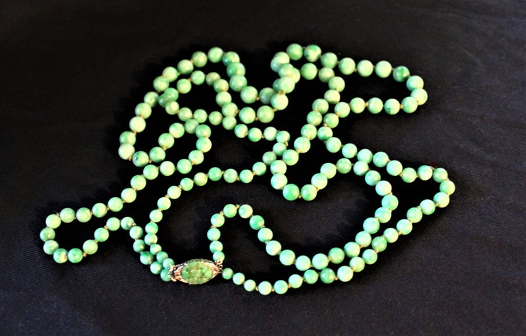 Art Deco Double Strand Jade Graduated Bead Necklace with 18-Karat Gold Clasp For Sale 4