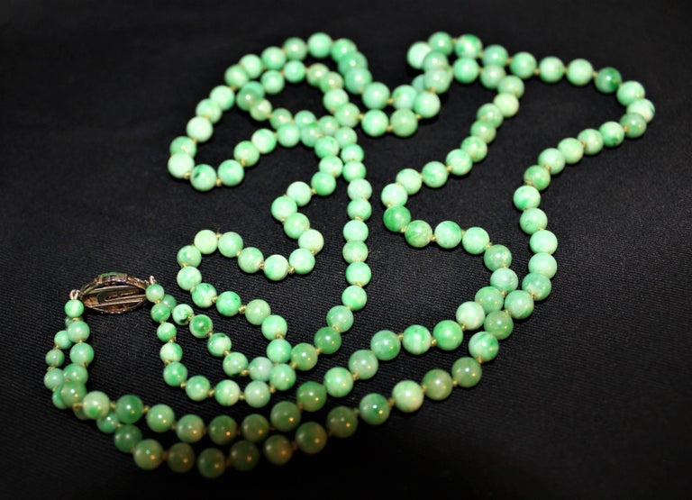 Art Deco Double Strand Jade Graduated Bead Necklace with 18-Karat Gold Clasp For Sale 5