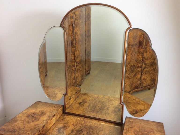 Art Deco serpentine dressing table. Incredible Art Deco dressing table of serpentine design with the most stunning figured walnut and cloud shape mirror. Great design with exceptional quality. Measures: 157 cm H, 65 cm H, at the sides 121 cm W,