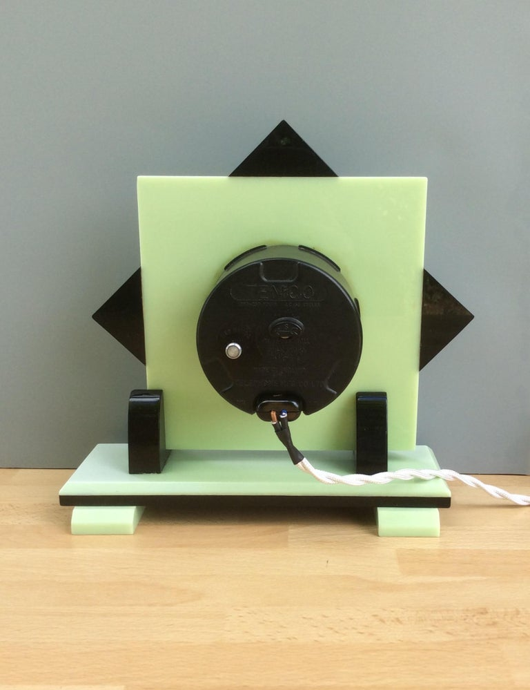 Early 20th Century Art Deco Electric Bakerlite Mantel Clock For Sale