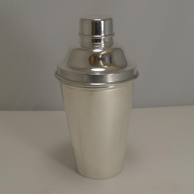 Art Deco English Silver Plated Cocktail Shaker, Integral Lemon Squeezer In Good Condition For Sale In London, GB