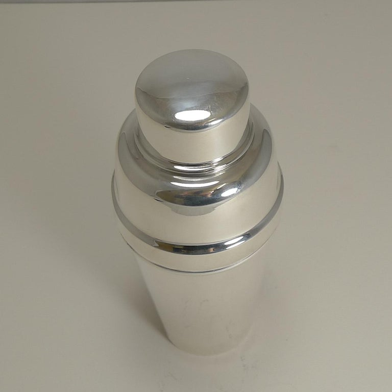 Art Deco English Silver Plated Cocktail Shaker with Lemon Squeezer, circa 1930 In Good Condition For Sale In London, GB