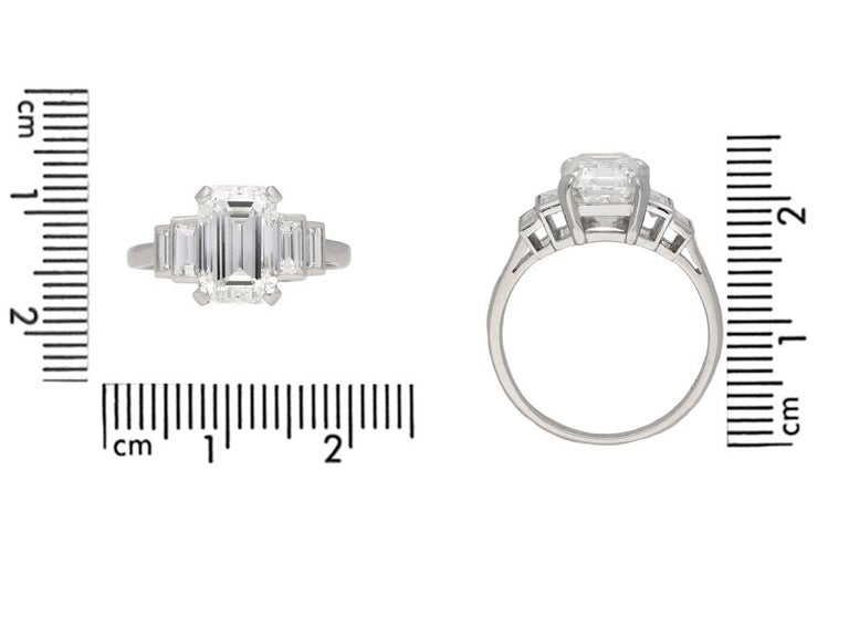 Art Deco Flanked Solitaire Diamond Ring, Circa 1925 In Good Condition For Sale In London, GB