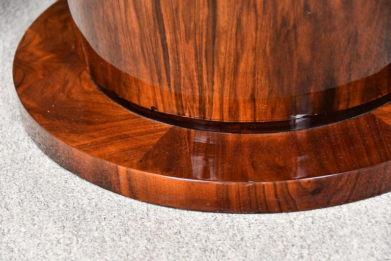 Art Deco French Round Dining Table in Walnut In Good Condition For Sale In Houston, TX